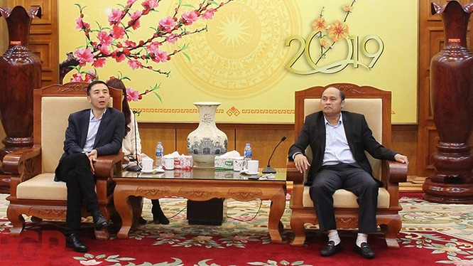 Chủ tịch UBND tỉnh Nguyễn Văn Linh (bên phải) tiếp ông Bạch Bằng - Tổng Giám đốc Tập đoàn máy tính Lenovo (Ảnh: BGP/Hải Huyền)