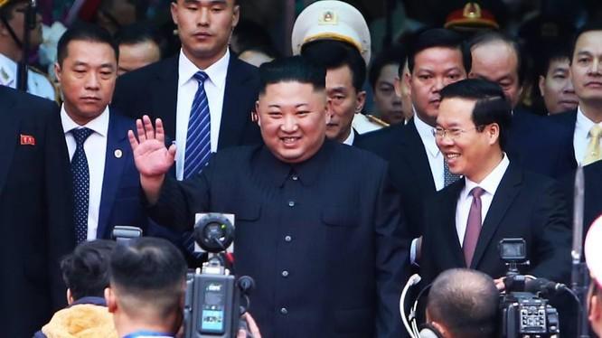 Chủ tịch Kim Jong-un (ở giữa) cảm ơn trước sự chào đón của lãnh đạo, người dân Việt Nam (Ảnh: VGP)
