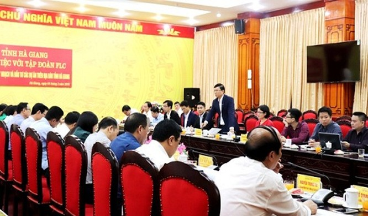 Đại diện Tập đoàn FLC trình bày ý tưởng thực hiện các dự án tại buổi làm việc (Nguồn: dbnd.hagiang.gov.vn)