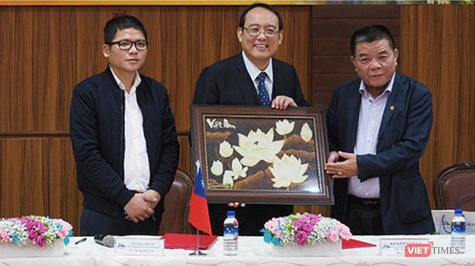 Ông Trần Duy Tùng (ngoài cùng bên trái) và ông Trần Bắc Hà (ngoài cùng bên phải) tại một sự kiện
