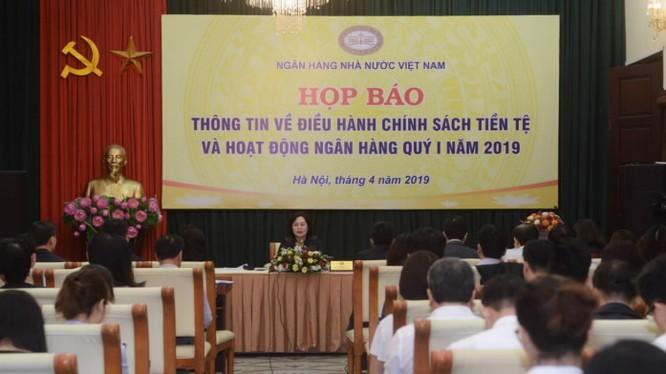 Phó Thống đốc NHNN Nguyễn Thị Hồng chủ trì họp báo (Ảnh: NHNN)