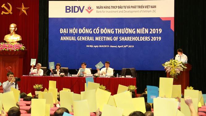 Các cổ đông tham gia ĐHĐCĐ thường niên năm 2019 của BIDV tiến hành bỏ phiếu (Nguồn: BIDV)