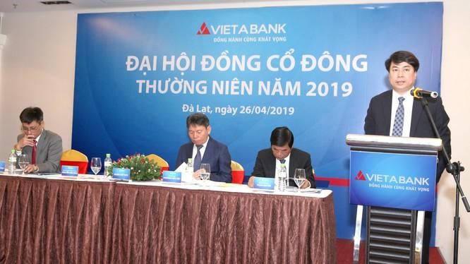 Ông Nguyễn Văn Hảo, Tổng Giám đốc VietABank, điều hành phiên thảo luận