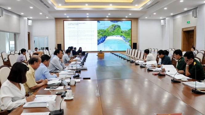 Đại diện Liên danh Công ty CP Đầu tư kinh doanh và Công ty CP Liên Sơn trình bày ý tưởng tại buổi làm việc (Nguồn: quangninh.gov.vn)