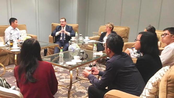 Ông Stephen Olson (thứ hai từ trái sang) đang trao đổi tại buổi gặp gỡ báo chí của quỹ Hinrich Foundation, diễn ra tại TP. HCM vào cuối tháng 9/2019.