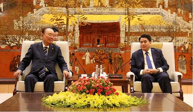 Chủ tịch UBND Tp. Hà Nội Nguyễn Đức Chung và Chủ tịch Tập đoàn Charmvit Lee Daa Bong tại buổi lễ (Ảnh: hanoi.gov.vn)