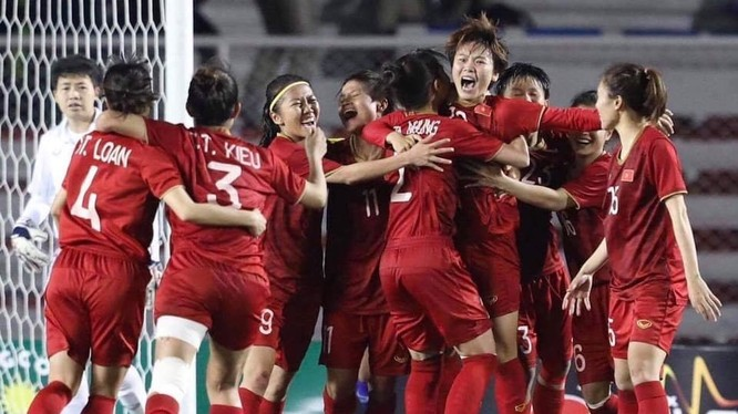 Tuyển bóng đá nữ Việt Nam mừng HCV SEA Games 30 (Ảnh: Internet)