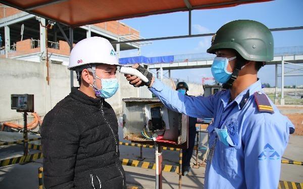 Tiến hành đo thân nhiệt tại KLH Hòa Phát Dung Quất (Ảnh: HPG)
