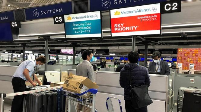Các hành khách làm thủ tục tại sân bay (Ảnh: HVN)