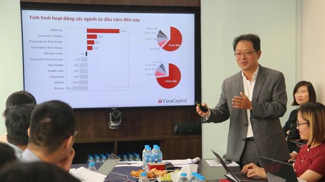 Ông Andy Ho - Giám đốc điều hành VinaCapital trình bày tại hội nghị