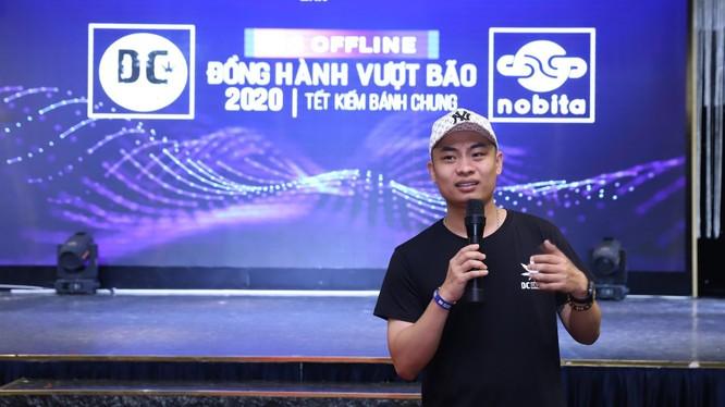 """Ông Donnie Chu - Founder DC Group, Bloger về Digital Marketing - chia sẻ tại hội thảo """"Đồng hành vượt bão 2020"""""""