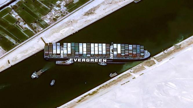 Siêu tàu Ever Given của hàng EverGreen chắn ngang kênh đào Suez (Ảnh: Reuters)