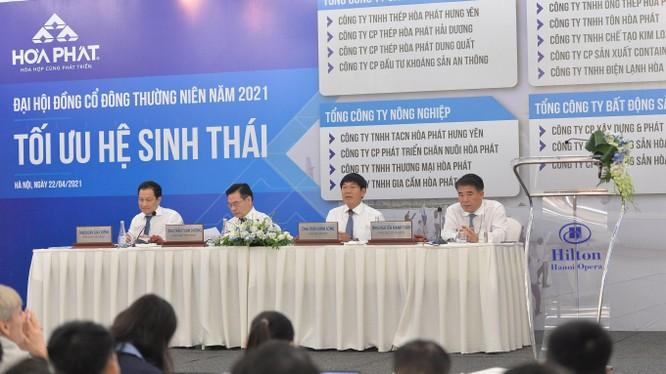 Ông Trần Đình Long (thứ 3 từ trái sang) làm chủ toạ tại Đại hội đồng cổ đông thường niên năm 2021 của CTCP Tập đoàn Hoà Phát