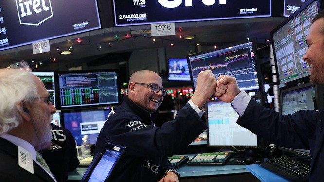 Nhờ vào lượng tiền lớn, thị trường chứng khoán Mỹ đạt được mức tăng cao hơn rất nhiều so với thị trường tài chính châu Âu và châu Á
