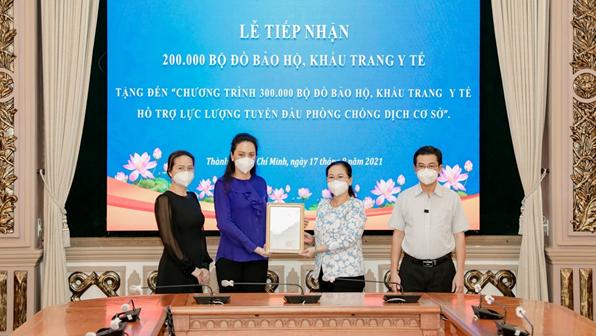 Chủ tịch HĐND TP. HCM Nguyễn Thị Lệ trao thư cám ơn Tập đoàn Vạn Thịnh Phát tại buổi lễ tiếp nhận diễn ra vào sáng ngày 17/8