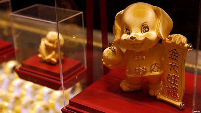 Bức Tượng vàng hình chú chó được dùng làm vật trang trí tại Hồng Kong để chào đón năm mới. Nhưng tại Malaysia, người dân lại tránh dùng các biểu tượng này trang trí cho năm mới. Ảnh: REUTERS/Tyrone Siu