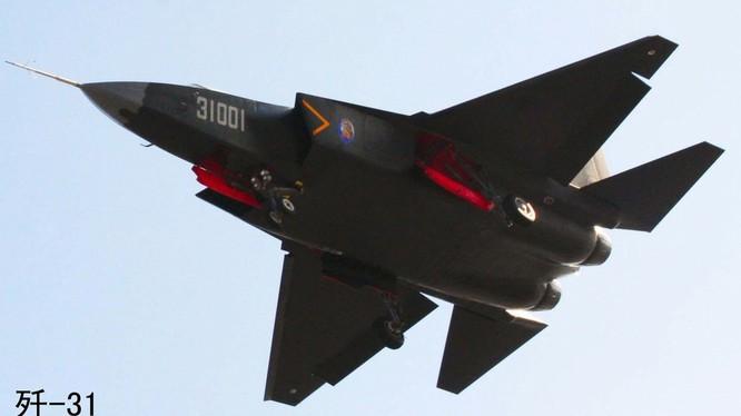 Chiến đấu cơ tàng hình F-31 đang trong quá trình thử nghiệm của Trung Quốc bị coi là bản nhái công nghệ của F-35 (Mỹ)