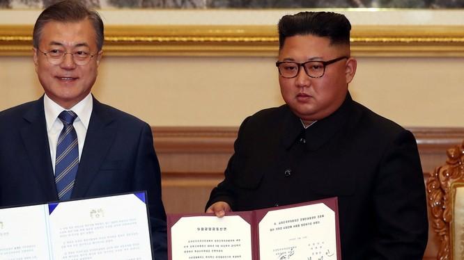 Hai nhà lãnh đạo với văn bản tuyên bố chung Tháng 9 lịch sử