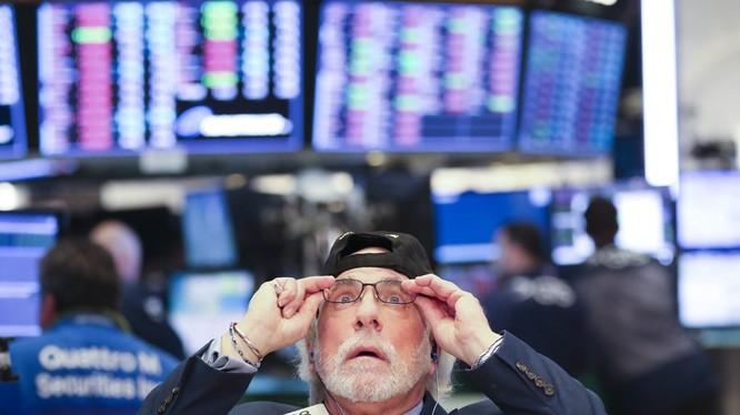 Thị trường chứng khoán Mỹ sụt giảm nghiêm trọng trong khi Tổng thống Donald Trump và Cục Dự trữ liên bang đổ vấy trách nhiệm cho nhau.