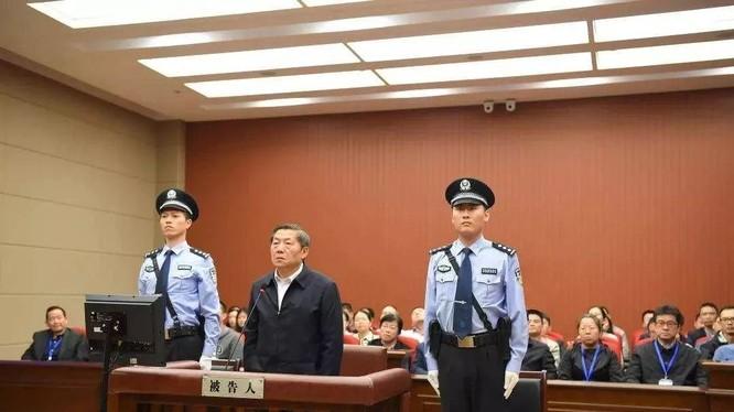 Sau 1 năm kể từ Đại hội 19 Đảng Cộng sản Trung Quốc (10.2017) đã có 24 quan chức cấp phó quốc gia, thị trưởng trưởng và phó bộ bị ngã ngựa. Ảnh: Phó Ban Tuyên truyền Trung ương Lỗ Vĩ bị đưa ra xét xử.