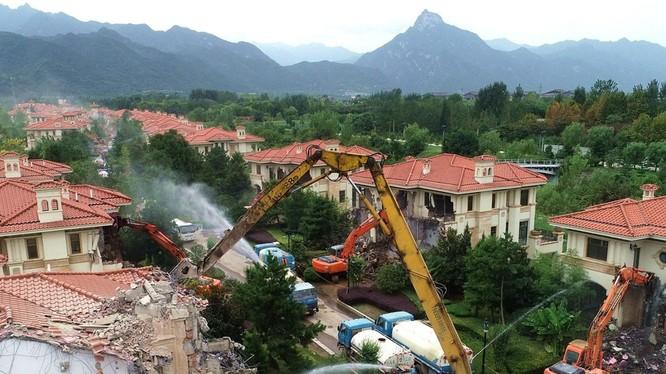 Hàng trăm biệt thự xây dựng trái phép ở Tần Lĩnh đang bị phá dỡ, điều kỳ quặc là nhiều tòa nhà đắt tiền này không có ai nhận là chủ nhân.