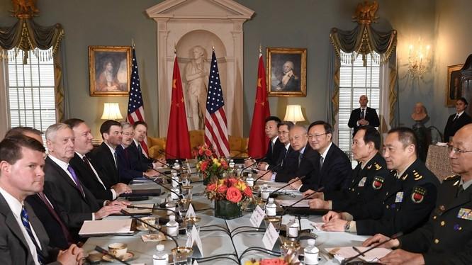 Cuộc đối thoại đề cập đến các vấn đề Triều Tiên, hạt nhân của Iran, Đài Loan, Biển Đông, nhân quyền của người Duy Ngô Nhĩ Tân Cương, quan hệ mậu dịch Mỹ - Trung và việc chuẩn bị cho cuộc gặp gỡ giữa hai lãnh đạo Donald Trump – Tập Cận Bình bên lề Hội nghị
