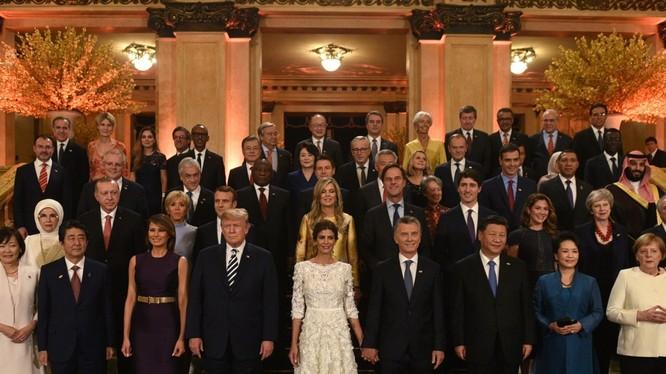 Các nhà lãnh đạo G20 cùng các phu nhân, phu quân chụp ảnh lưu niệm.