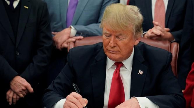 Ông Donald Trump ký Đạo luật sáng kiến tái bảo đảm Châu Á với cam kết: Mỹ sẽ tiếp tục định kỳ bán vũ khí phòng ngự cho Đài Loan để đối phó lại sự uy hiếp từ Trung Quốc Đại Lục.