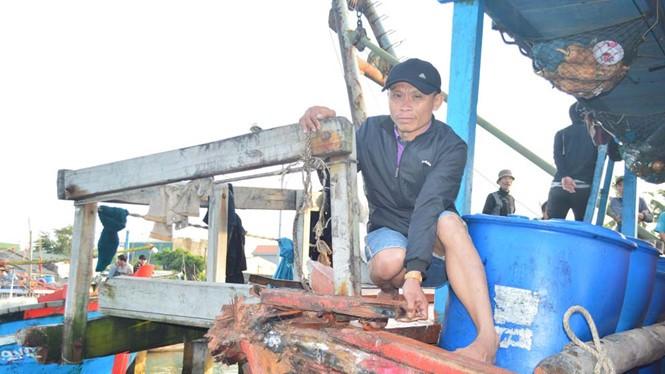 Tàu cá QNg90440TS của ngư dân Quảng Ngãi bị tàu Trung Quốc đâm va gây hư hỏng nặng ở vùng biển Hoàng Sa ngày 22.3.2018. Ảnh: báo Thanh Niên