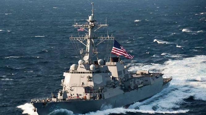 Khu trục hạm mang tên lửa đạn đạo USS McCampbell.