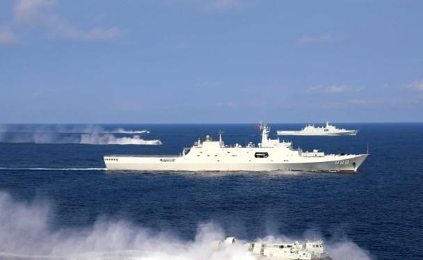 Đội hình huấn luyện dùng tàu đệm khí cao tốc đổ bộ đánh chiếm đảo.