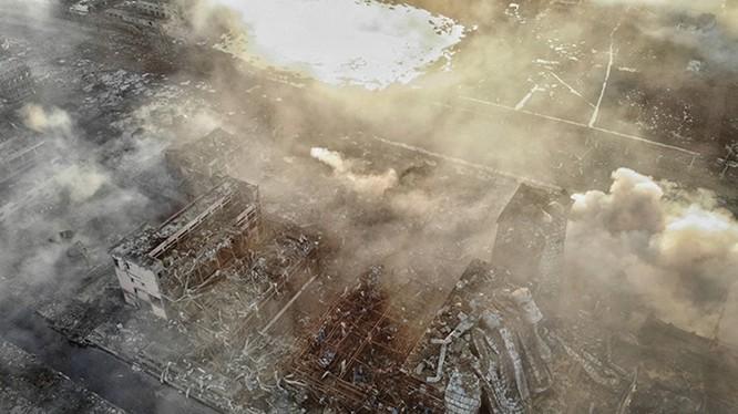 Quang cảnh đổ nát tại hiện trường vụ nổ với chiếc hố sâu hoắm giữa nhà máy