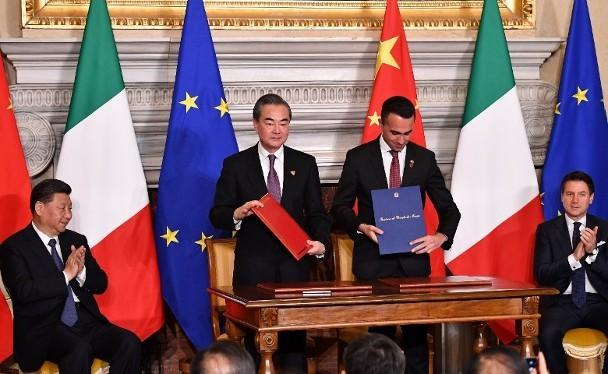 """Lễ ký kết Biên bản ghi nhớ về việc Italy gia nhập dự án """"Vành đai, con đường"""" của Trung Quốc dưới sự chứng kiến của hai ông Tập Cận Bình và Giuseppe Conte."""