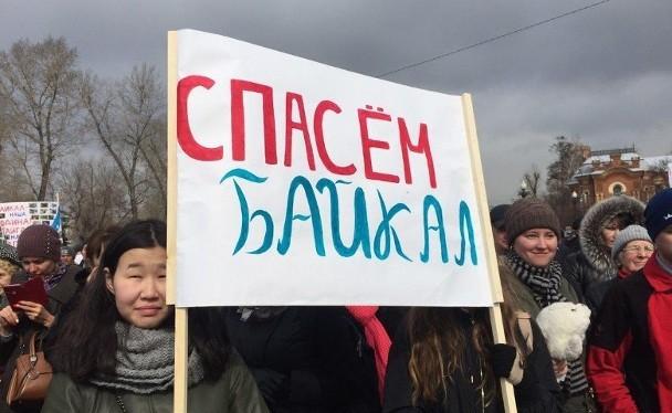 Người biểu tình chống xây dựng các nhà máy đóng chai nước, bảo vệ hồ Baikal.