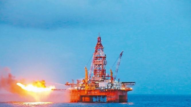 Giàn khoan Haiyangshiyou 981 thử vỉa giếng dầu. Ảnh: Tân Hoa xã.