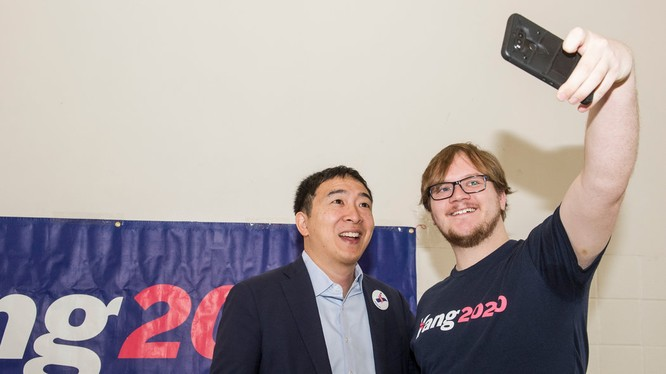 Dương An Trạch cùng với những người ủng hộ ông trong một cuộc mít tinh tranh cử