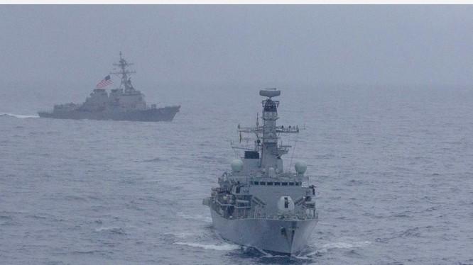 Hai tàu chiến Mỹ công khai bật hệ thống nhận biết AIS đi xuyên eo biển Đài Loan hôm 28.4 được coi là thể hiện thái độ cứng rắn hơn với Trung Quốc.