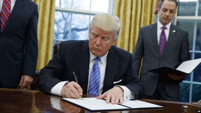 """Ông Donald Trump Mệnh lệnh hành chính theo """"Luật quyền lực kinh tế khẩn cấp quốc tế"""" khiến quan hệ Mỹ - Trung càng thêm căng thẳng"""