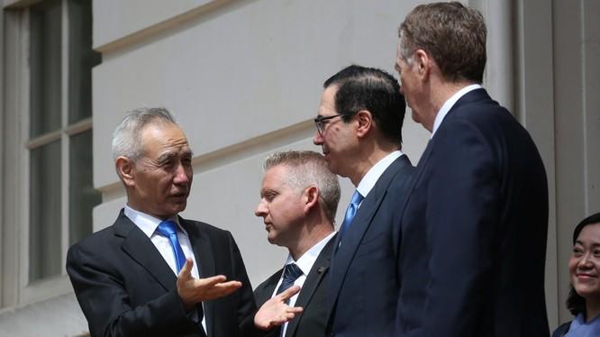 Vòng đàm phán thứ 11 giữa Phó Thủ tướng Trung Quốc Lưu Hạc (trái) với Đại diện thương mại Mỹ Robert Lighthizer (phải) và Bộ trưởng Tài chính Mỹ Steven Mnuchin (thứ 2 phải sang) kết thúc trong bế tắc khiến cuộc chiến mậu dịch leo thang.