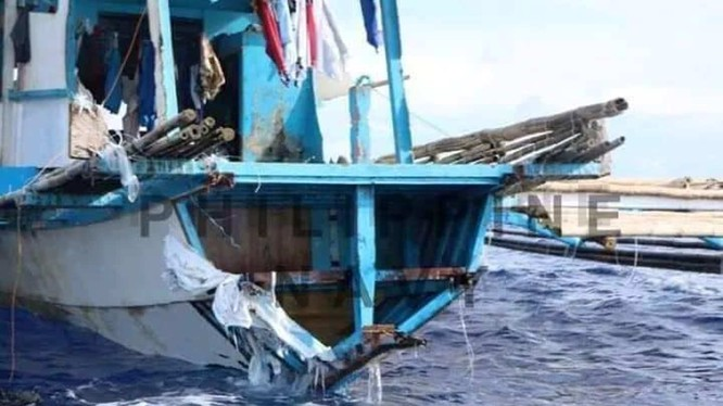 Chiếc tàu cá của Philippines bị tàu Trung Quốc đâm vỡ đuôi rồi lật nghiêng và chìm đêm 9/6.