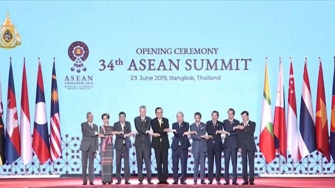 Các nhà lãnh đạo các quốc gia thành viên ASEAN tại Lễ khai mạc Hội nghị cấp cao lần thứ 34 tại Bangkok, Thái Lan hôm 23/6