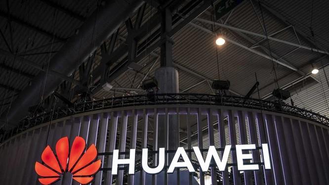 Ông Trum tuyên bố hủy bỏ lệnh cấm Huawei được ban hành hồi tháng 5, cho phép các công ty Mỹ tiếp tục bán sản phẩm cho Huawei.