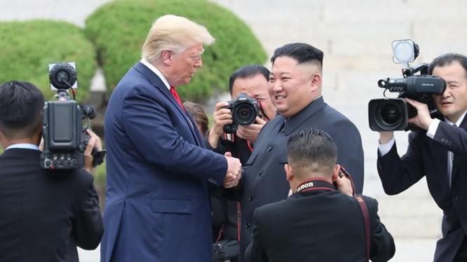 Hai ông Donald Trump và Kim Jong Un có cái bắt tay lịch sử tại Khu phi quân sự Hàn - Triều