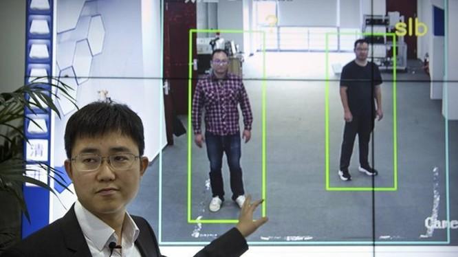 Hệ thống nhận dạng người qua dáng đi được coi là một phát minh quan trọng áp dụng vào lĩnh vực giám sát, kiểm tra an ninh.
