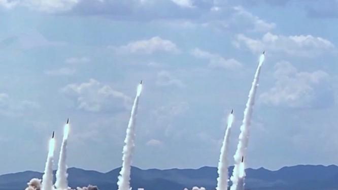 Hành động phóng 6 tên lửa đạn đạo từ lục địa Trung Quốc ra Biển Đông được coi là để dằn mặt Mỹ. Ảnh: Tên lửa đạn đạo Trung Quốc trong một cuộc diễn tập