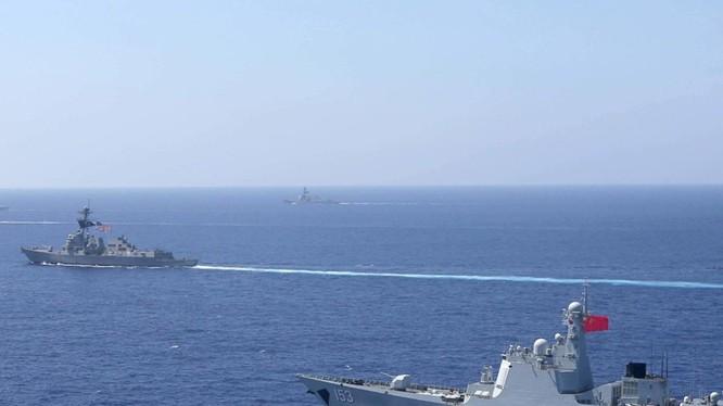 """Tàu chiến Trung Quốc bám đuôi khi tàu chiến Mỹ thực thi hành động """"tự do hàng hải"""" trên Biển Đông"""