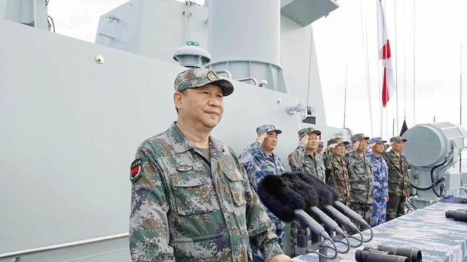 """Chiến lược quân sự mới nhất của Trung Quốc thời ông Tập Cận Bình nhấn mạnh """"tiến công về chiến dịch, chiến thuật""""; kẻ thù giả đinh cụ thể chính là vấn đề Đài Loan, thế lực đòi Đài Loan độc lập và Mỹ - kẻ ủng hộ đứng đằng sau."""