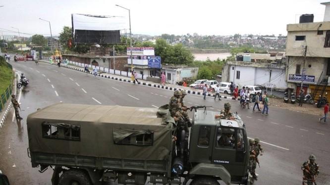 Quân đội Ấn Độ tiến vào phong tỏa đường phố Kashmir