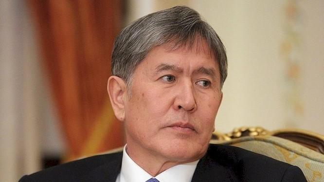 Ngày 8/8, cựu Tổng thống Kyrgyzstan Atambayev đã đầu hàng lực lượng đặc biệt, chấp nhận chịu sự xét xử của pháp luật