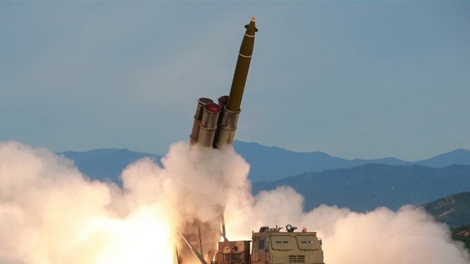 """Ngày 24/8, Triều Tiên tuyên bố đã phóng thử thành công loại """"pháo phản lực đa nòng siêu lớn"""""""